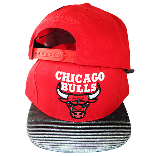 ab4cebddccb67 Mitchell   Ness Chicago Bulls Snapback Hat Chicago City under Visor ...